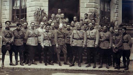 1917: Ofiţerii Diviziei I Cavalerie cu ofiţeri francezi si cu generalul Berthelot (in centru) la Cartierul General de la Iaşi