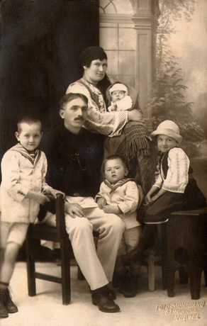 Familia învăṭătorului Arnăuṭoiu; sursa: http://www.cuvantul-ortodox.ro/