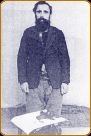 Nicolae Ciolacu, la arestare, cu armementul său; sursa: http://www.miscarea.net/1-1ad-rezistenta-dobrogea.htm