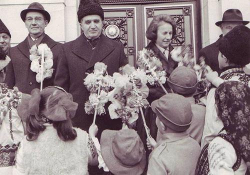 Cuplul Ceausescu si colindatorii cu sorcova. Sursa: www.comunismulinromania.ro