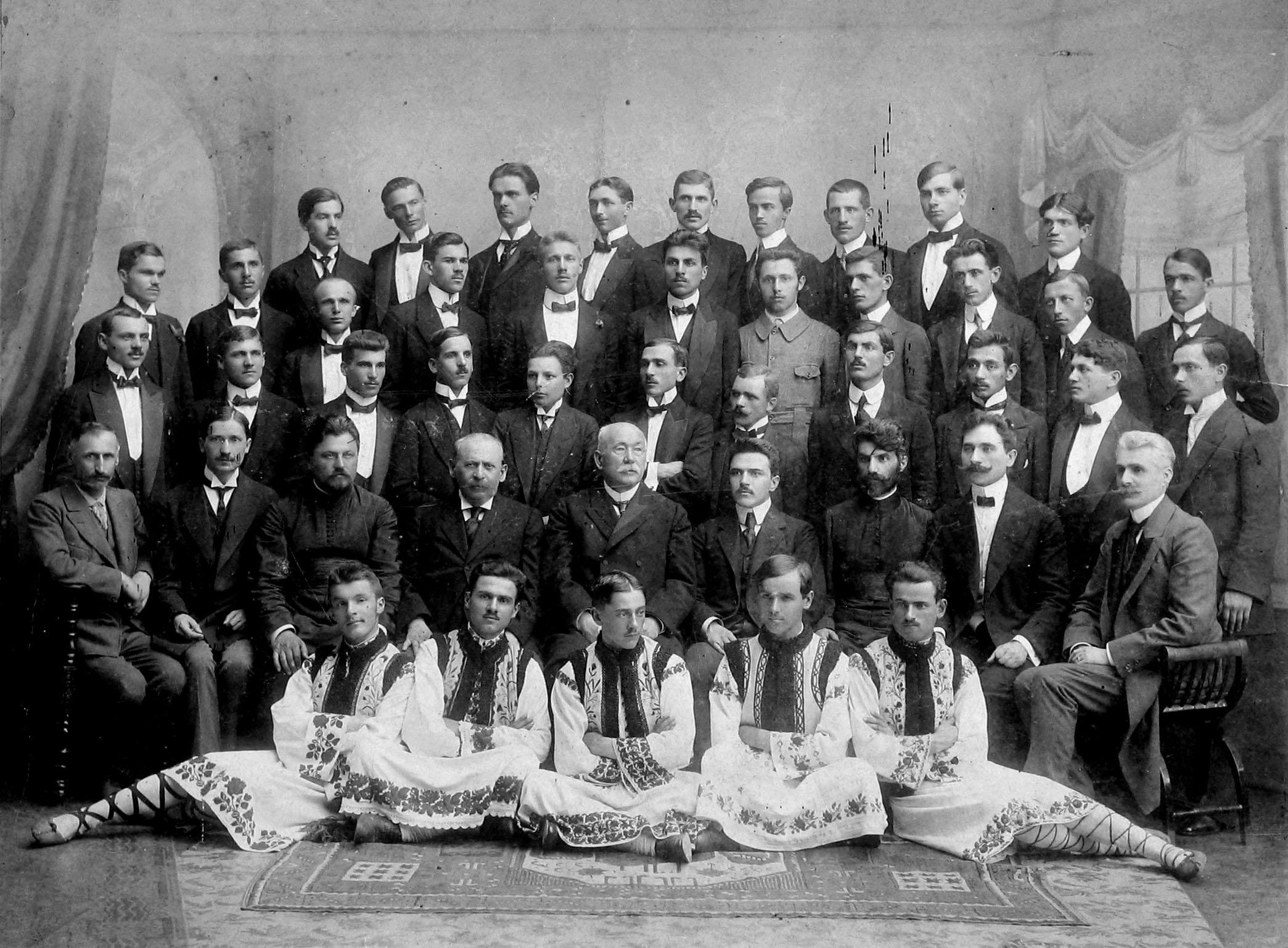Corul de băieṭi din Cernăuṭi 1915-1916; http://www.memoria.ro/