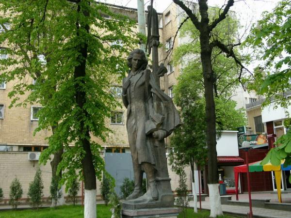 Statuia lui Eminescu (Cernauti) - sursa: wikimapia.org