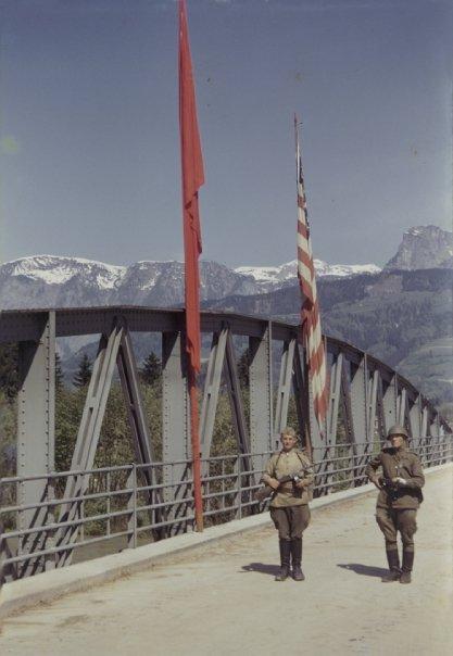 Garzi sovietice la podul peste Dunare in apropiere de Linz (1945) sursa: ww2.wwarii.com