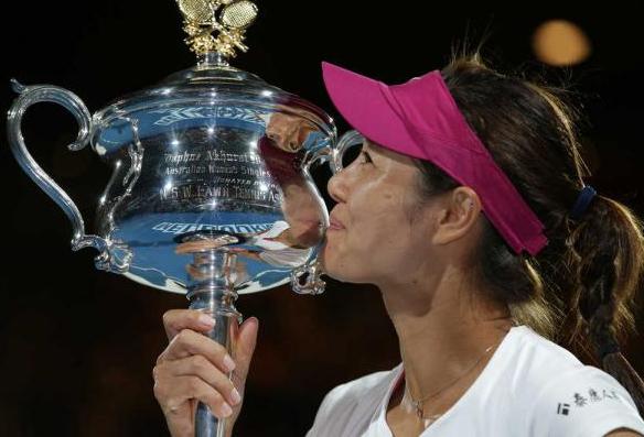 Chinezoaica Li Na, sărutând trofeul obţinut anul trecut la Australian Open - Foto: AP
