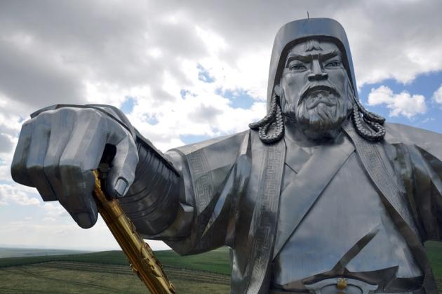Statuie gigantică a lui Gingis Han lângă Ulan Bator, Mongolia