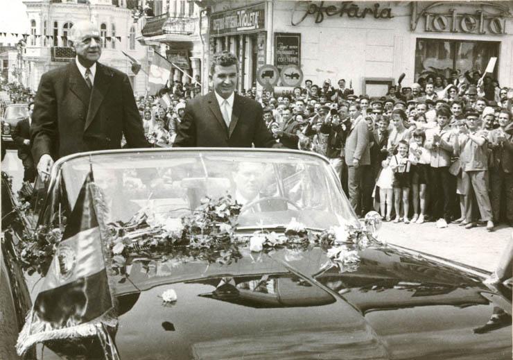 """Nicolae Ceauşescu şi Charles de Gaulle, aflat în vizită în ţara noastră, sunt salutaţi de locuitorii oraşului Slatina. (17 mai 1968) - Sursa: """"Fototeca online a comunismului românesc"""", cota: 120/1968"""