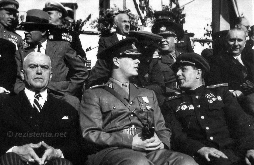 Regele Mihai, P. Groza ṣi gen. Susaikov, la parada de Ziua Victoriei 1945; sursa: http://rezistenta.net