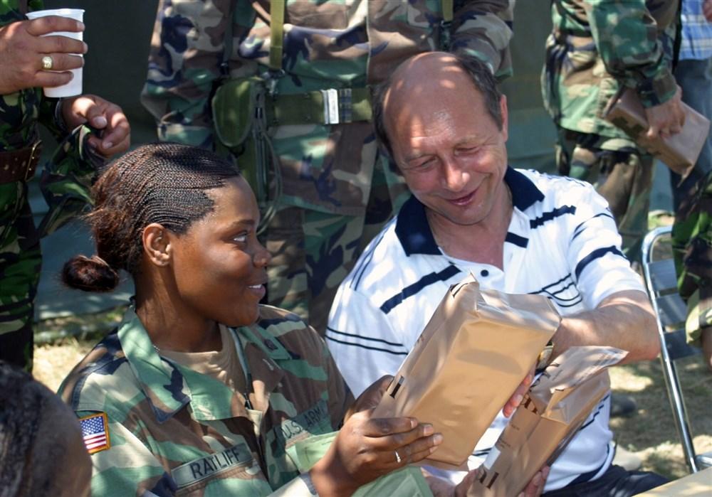 Presedintele Basescu serveste masa alaturi de soldatii americani. (Babadag  24 iulie 2005) - sursa: http://www.eucom.mil