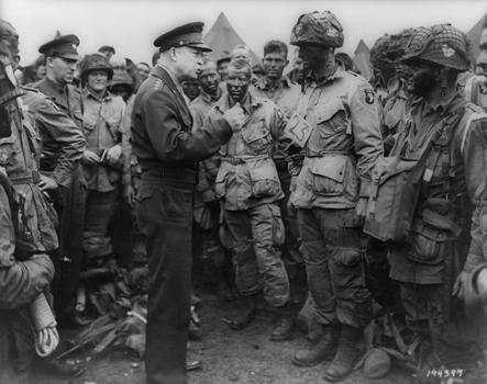 Eisenhower şi paraşutiştii plutonului E din Regimentul al 502, Divizia 101 aeropurtată, în 5 iunie 1944; ro.wikipedia.org