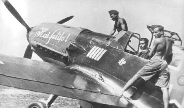 """Ioan Dicezare în carlinga avionului Messerschmitt Bf 109E """"Hai fetiţo!"""" (numele unui cal de curse), 1942 Sursa foto: Aripi Româneşti, 1942, no 3, p. 4"""