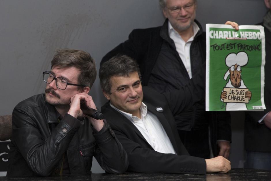 Desenatorul Luz (stg) şi Patrick Pelloux (c), la lansarea primei ediţii Charlie Hebdo de după atentat