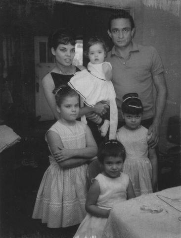 Alături de Vivian şi cele patru fiice