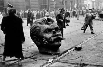 Statuia lui Stalin dărâmată de revoluţionarii ungari - 1956