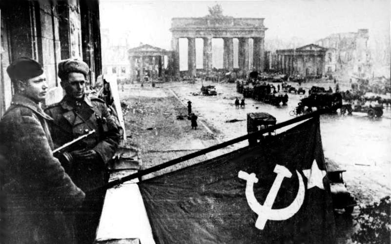 1945, soldaṭii Armatei Roṣii la Adlon