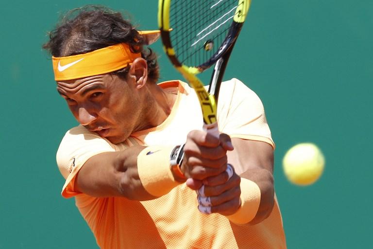 Lovitură în forţă a spaniolului Rafael Nadal în meciul cu Stan Wawrinka, în turneul Monte-Carlo ATP Masters Series, Monaco 15 aprilie 2016 / AFP PHOTO / VALERY HACHE
