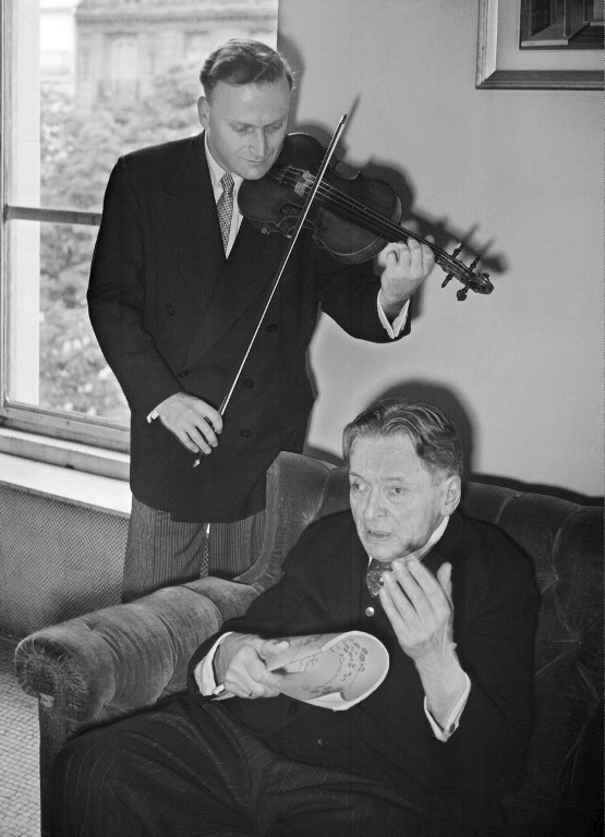 Yehudi Menuhin alaturi de George Enescu, Paris 1952 / AFP PHOTO
