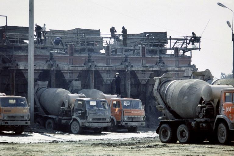 1 octombrie 1986 - se toarna sarcofagul de beton menit sa protejeze zona afectata / AFP PHOTO / TASS / ZUFAROV AND -