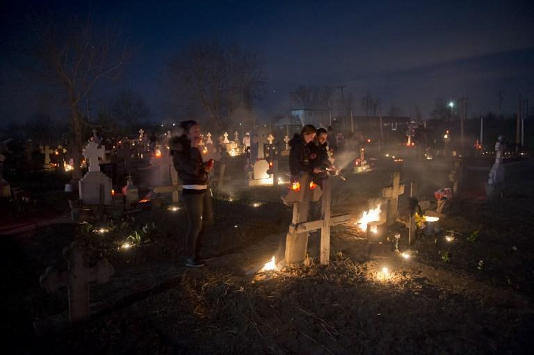 Invierea, la cimitirul din Herasti  / DANIEL MIHAILESCU / AFP PHOTO /
