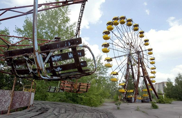 Loc de joaca abandonat, orasul Prypyat - 26 mai 2003. AFP PHOTO / SERGEY SUPINSKI AND -