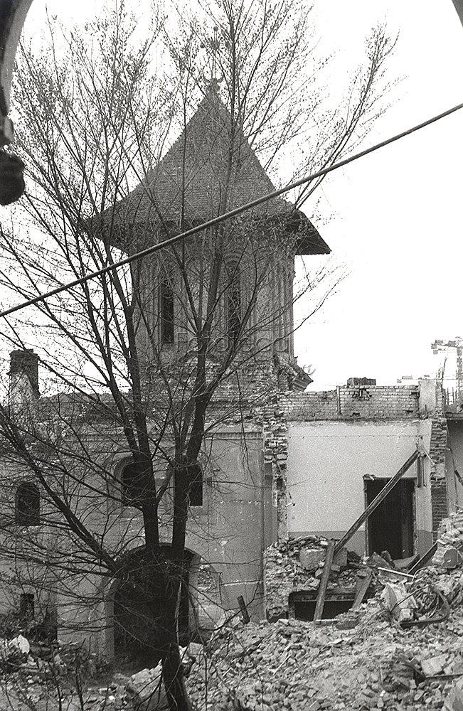Incinta mănăstirii Mihai Vodă din Bucureşti aflată în demolare - sursa: http://fototecaortodoxiei.ro