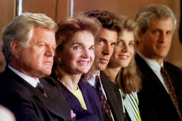 Familia Kennedy in 1992:  Sen. Edward Kennedy, Jacqueline Kennedy Onassis, John F. Kennedy Jr., Caroline Kennedy Schlossberg si Edward Schlossberg  / AFP PHOTO / HERB SWANSON