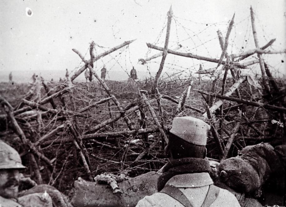 Soldaţi germani, care se predau truperlor franceze - (Colecţie de fotografii descoperită în 2014, realizate de un soldat necunoscut)