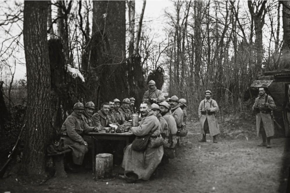 Soldaţi din ariergarda franceză, iau masa de prânz pe frontul de lângă Arras, în Nordul Franţei - (Colecţie de fotografii descoperită în 2014, realizate de un soldat necunoscut)