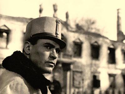 Liviu Ciulei în rolul ofiţerului ceh Otto Klapka, în filmul Pădurea Spânzuraţilor (1965)