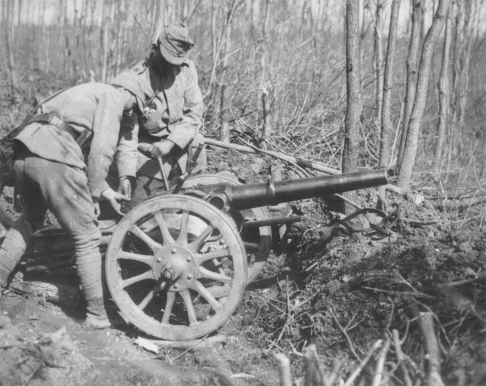 Încărcarea tunului - Fototeca Muzeului Militar Naṭional