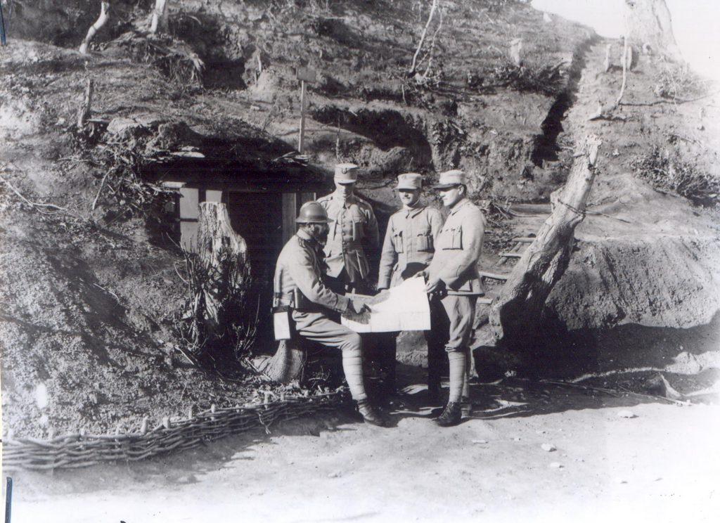 Ofiteri studiind harta (Fototeca Muzeului Militar Naṭional)