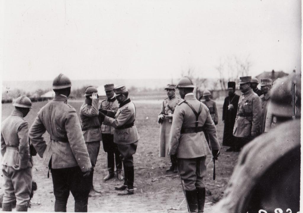 Ferdinand decoreaza pe frontul armatei 1917 - sursa: Fototeca Muzeului Militar National