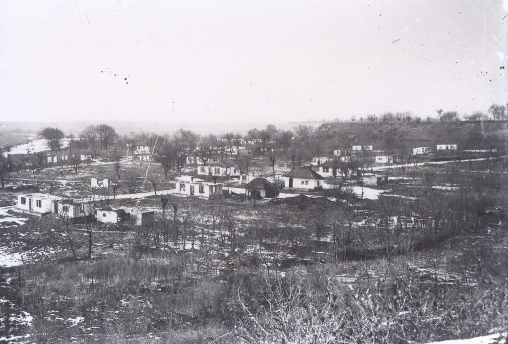 Sat bombardat - Fototeca Muzeului Militar Naṭional