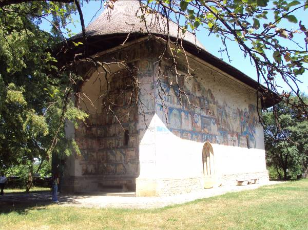 """Mănăstirea Humor, cu hramul """"Sfântul Gheorghe"""", a fost ridicată în anul 1530, pe locul unei aşezări anterioare din secolul al XIV-lea. Mănăstirea se remarcă prin arhitectura armonioasă, fiind prima biserică din arhitectura moldovenească cu pridvor deschis."""