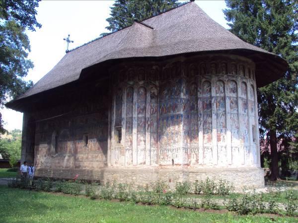 """Mănăstirea Moldoviţa cu hramul """"Buna Vestire"""" este unul dintre cele mai importante monumente de artă veche românească, care prezintă, atât la interior, cât şi la exterior, picturi murale realizate în anul 1537"""