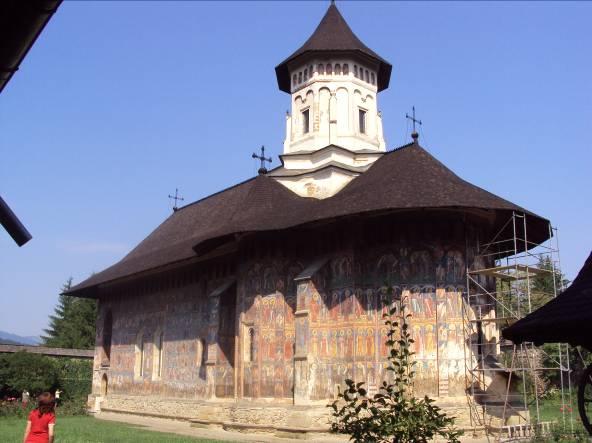 """Biserica Mănăstirii Pătrăuţi cu hramul """"Înălţarea Sfintei Cruci"""" a fost construită în anul 1487 de Sfântul Voievod Ştefan cel Mare, fiind o biserică de dimensiuni mici, dar foarte armonios proporţionată. Aici se remarcă tabloul votiv cu scena """"Plângerii"""" şi """"Cavalcada sfinţilor militari"""""""