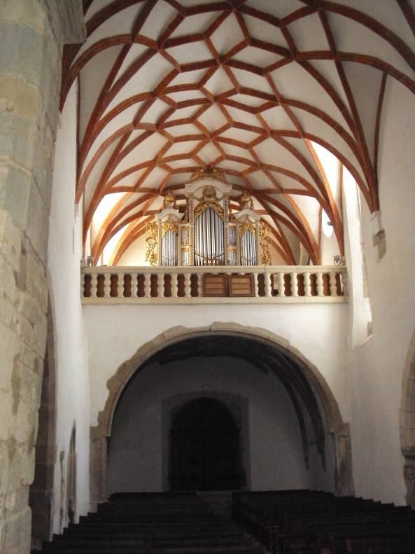 Biserica evanghelică de la Saschiz a fost ridicată între anii 1493-1496 şi se remarcă prin modul de fortificare a construcţiei