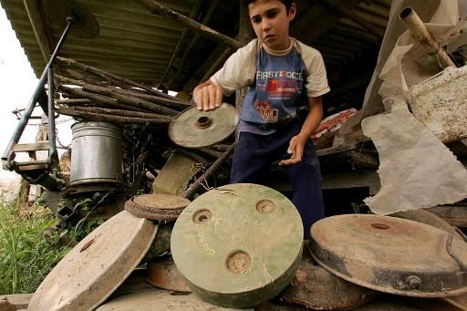 Copil de 14 ani se joaca cu mine antitanc in 2006.  / AFP PHOTO / ELVIR TABAKOVIC