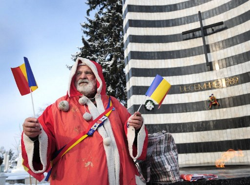 Mos Craciun / AFP PHOTO / DANIEL MIHAILESCU