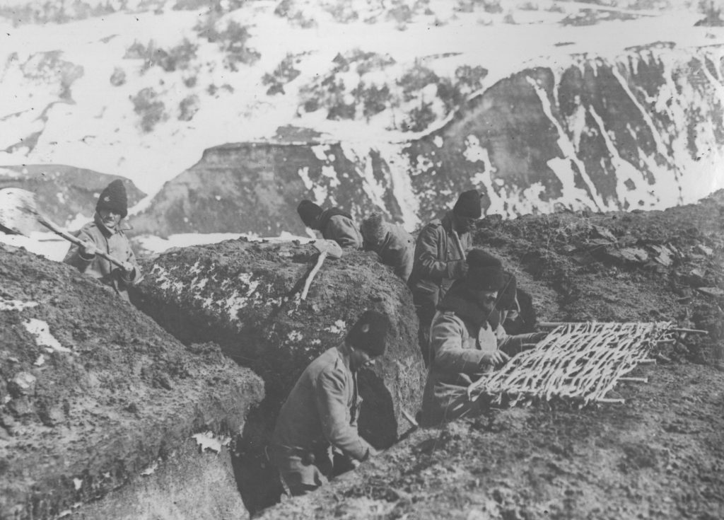 Tranşee pe crestele munṭilor. Fototeca Muzeului Militar Naṭional