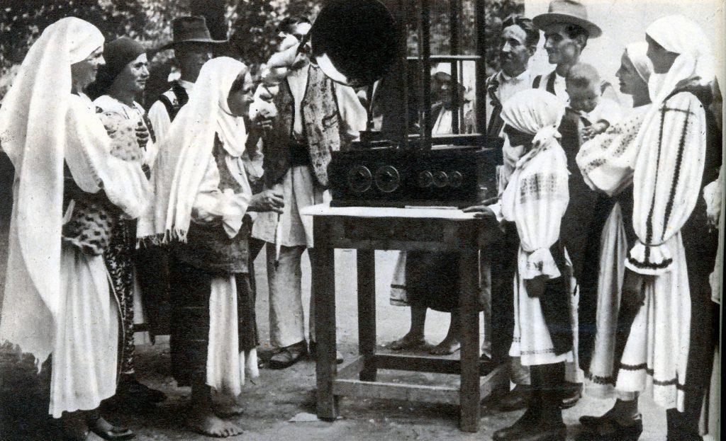 tarani_romani_ascultand_radio_1935