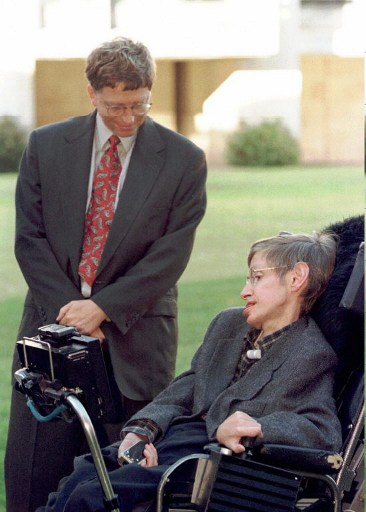 Bill Gates si Stephen Hawking / AFP PHOTO / POOL / FINDLAY KEMPER