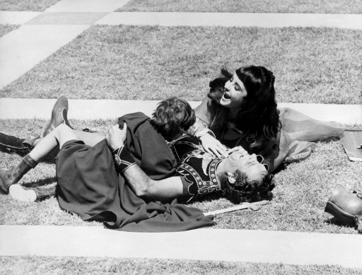 """Elizabeth Taylor si Richard Burton pe platoul de filmare al peliculei """"Cleopatra"""" regizata de Joseph Mankiewcz (1962). AFP PHOTO / AFP PHOTO"""
