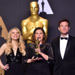 Colleen Atwood (C) poses with the Oscar for Best Costume Design in the press room, along with presenters comedian Kate McKinnon (L) and actor Jason Bateman, during the 89th Oscars on February 26, 2017, in Hollywood, California. / AFP PHOTO / FREDERIC J. BROWN