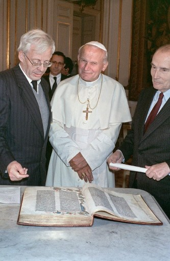 Papei Ioan Paul al II-lea ii este prezentata Biblia lui Gutenberg / AFP PHOTO / DERRICK CEYRAC