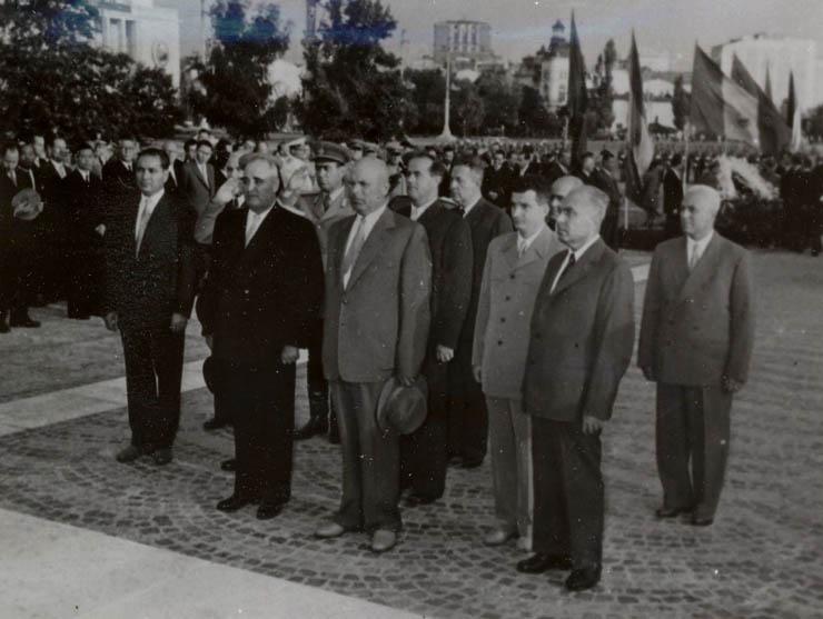 """Bucureşti, 2 iunie 1959. Nicolae Ceauşescu împreună cu alţi conducători de partid şi de stat vizitând expoziţia economică a R.P. China. (2 iunie 1959) - – """"Fototeca online a comunismului românesc"""", Cota: 15/1959"""