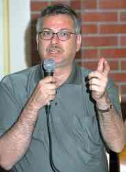 Directorul Ştefan Ciochinaru la deschiderea postului Radio Vox Costineşti – 5 iunie 2003