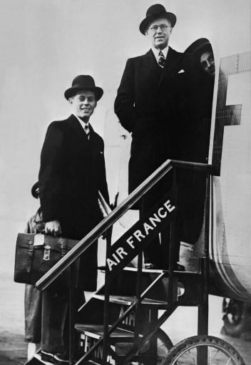John Fitzgerald Kennedy alaturi de tatal sau, Joseph Kennedy pe aeroportul din Londra, 10 martie 1939 / AFP PHOTO / AFP FILES