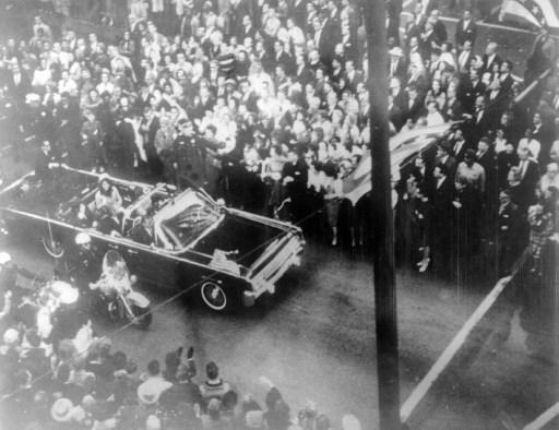 22 noiembrie 1963, convoiul presedintelui J. F. Kennedy se deplaseaza pe strazile din Dallas. AFP PHOTO / -