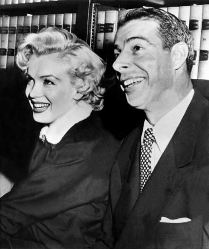 Marilyn Monroe alaturi de Joe Di Maggio, 17 ianuarie 1954./ AFP Photo American actress Marilyn Monroe poses with her husband, former baseball player Joe Di Maggio, 17 January 1954. / AFP PHOTO / -