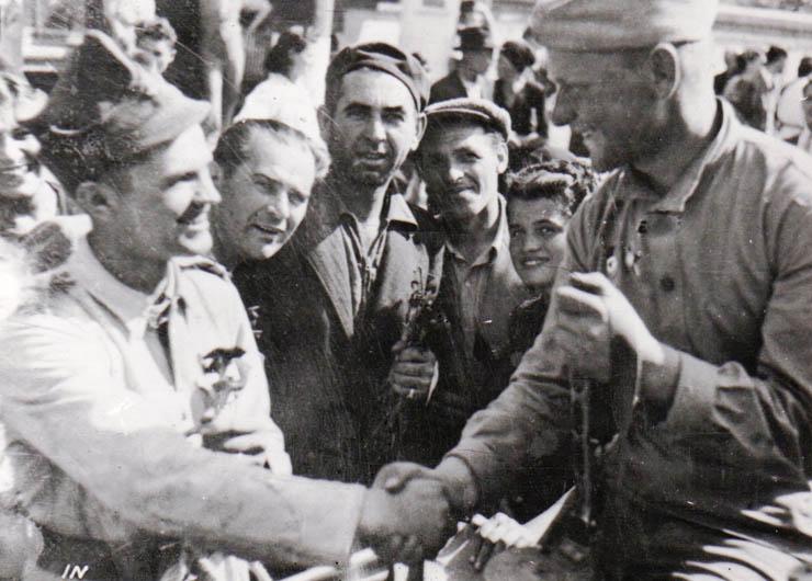 """Fotografie de la intrarea Armatei Sovietice în Bucureşti. - sursa: """"Fototeca online a comunismului românesc"""", cota: 56/1944"""